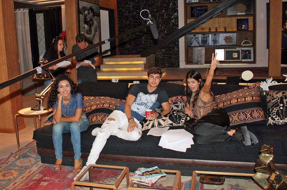 Giovana Cordeiro, Rafa Vitti e Antonia Morais aguardam no set o início das gravações (Foto: TV Globo)