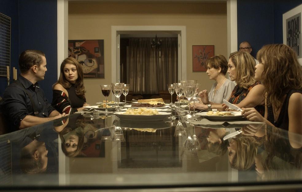 Durante conversa no jantar, o assunto vem à tona (Foto: TV Globo)