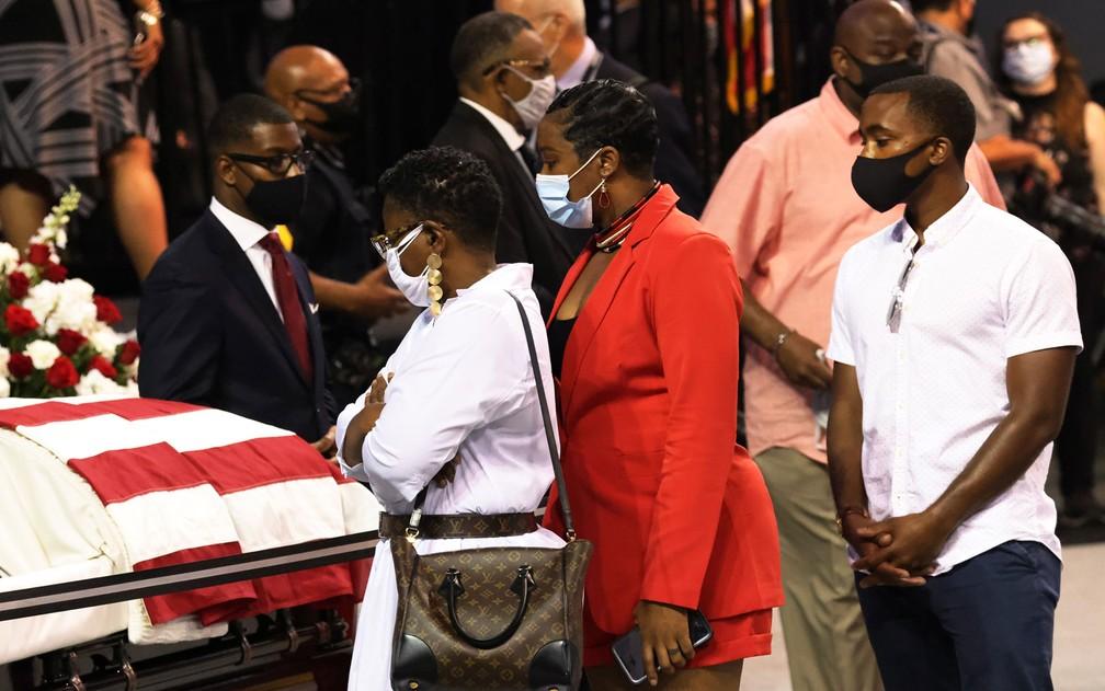 Pessoas participam de funeral do congressista John Lewis na Troy University, em Alabama, no sábado (25) — Foto: Michael M. Santiago/Getty Images/AFP