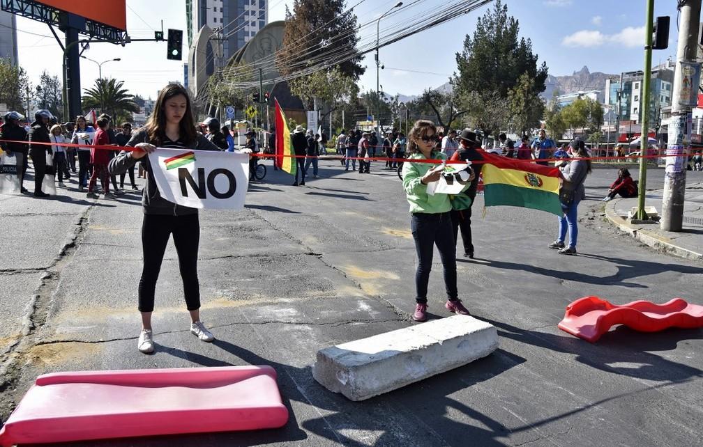 Em 2019, manifestantes fecham rua de La Paz em protesto contra possível 4º mandato de Evo Morales na Bolívia — Foto: Aizar Raldes/AFP