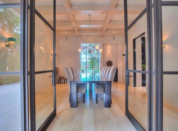 A madeira exposta no teto traz modernidade aos móveis minimalistas e clássicos (Foto: Realtor/ Reprodução)