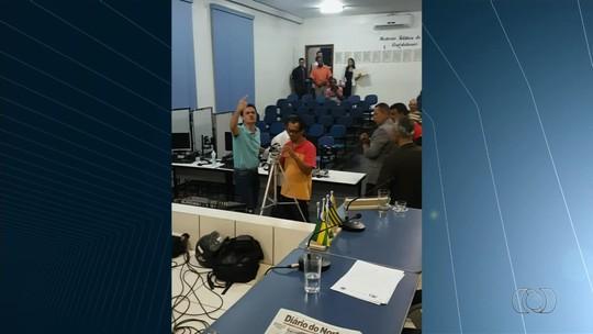 Briga entre prefeito e vereador na Câmara de Iaciara vira caso de polícia; vídeo