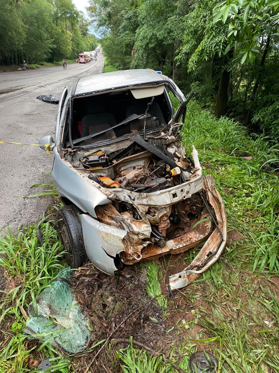 Duas pessoas morrem em acidente entre caminhão e dois carros na PR-323, em Umuarama