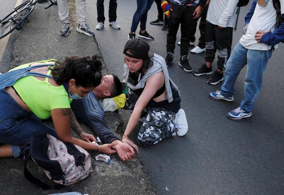 Manifestante ferido em Medellín recebe ajuda, em 19 de maio de 2021 — Foto: Santiago Mesa/Reuters
