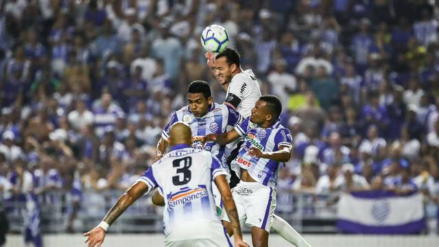 CSA x Atlético-MG: disputa de bola entre Réver e jogadores do CSA