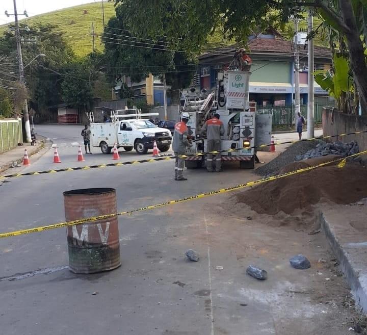 Calçada cede e abre buraco em ponte do bairro Biquinha, em Valença