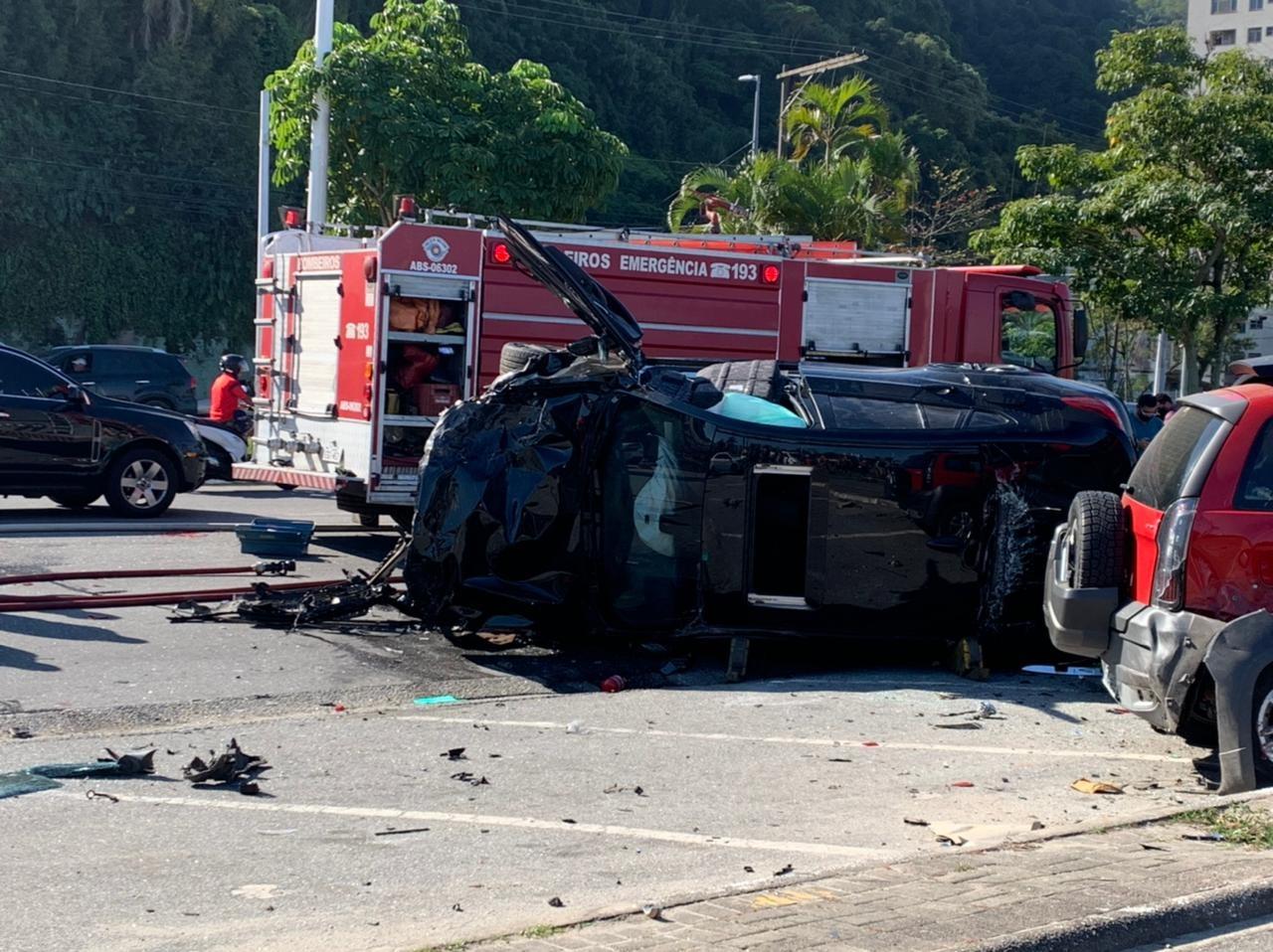 Motorista perde o controle de carro, atinge ao menos 5 veículos estacionados e capota no litoral de SP