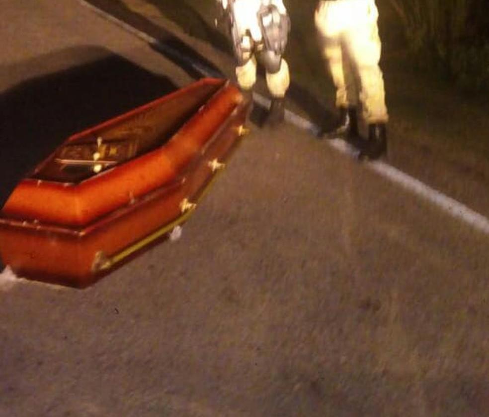 Caixão com corpo dentro foi encontrado por policiais militares no meio de rodovia, na região Agreste potiguar — Foto: Redes sociais