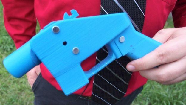 A primeira arma fabricada por uma impressora 3D foi batizada de O Libertador, em 2013 (Foto: Getty Images via BBC News Brasil)