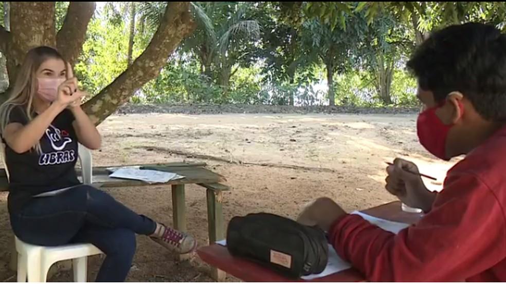 Professora percorre 40 quilômetros para dar aula a aluno surdo no ES — Foto: Reprodução/TV Gazeta