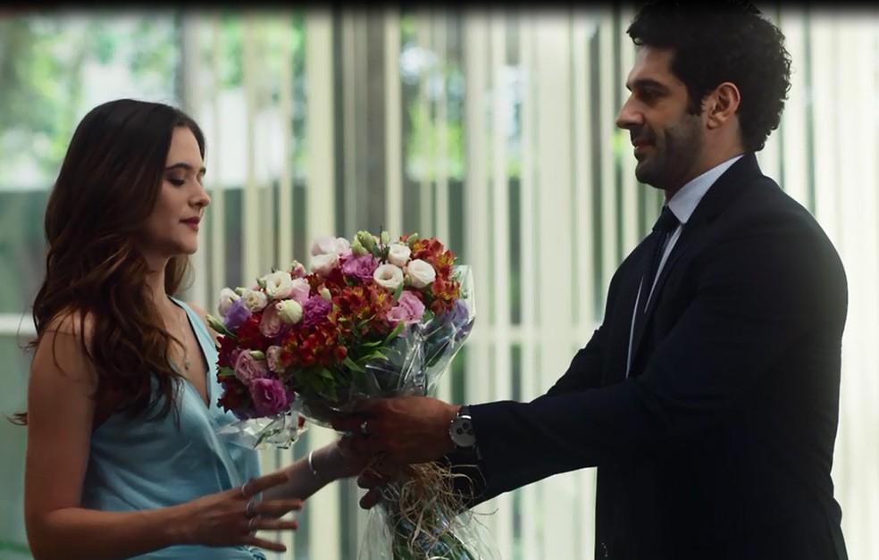 Emílio oferece flores a Marocas e não imagina que há uma cobra escondida — Foto: TV Globo