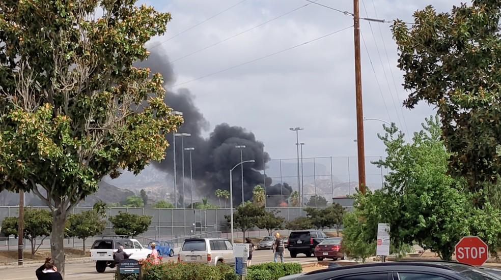 Queda de avião provoca incêndio em duas casas na Califórnia — Foto: Ryan Graves/Handout via REUTERS