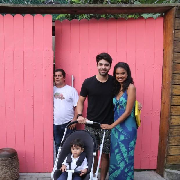 Aline Dias e Rafael Cupello com o filho, Bernardo (Foto: AgNews / Daniel Pinheiro)