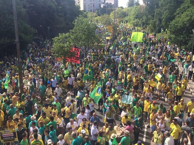 Manifestantes protestam em Porto Alegre (Foto: Igor Grossmann/G1)
