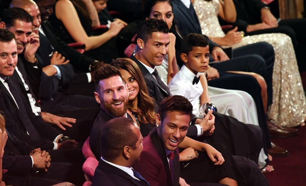 Neymar pode trocar parceria com Messi por outra com Cristiano Ronaldo, segundo jornal espanhol (Foto: EFE/ANDY RAIN)