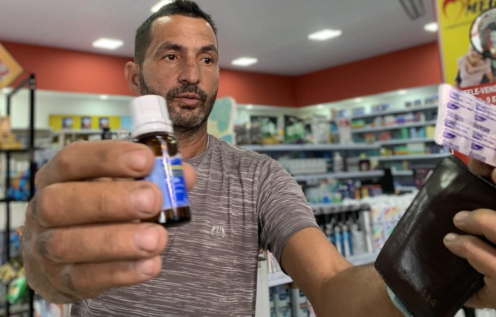Antônio Queiroz Ribeiro, de 48 anos, tem recorrido a remédios para suportar os dias — Foto: Raquel Freitas/G1