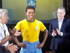 'Perfeita': Pelé não vai, mas dá aval a estátua no Museu da Seleção (Daniel Mundim)
