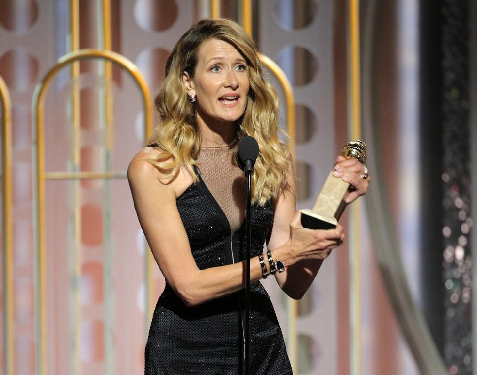 Laura Dern recebe o prêmio de melhor atriz coadjuvante em série, minissérie ou filme para TV por 'Big Little Lies' no Globo de Ouro 2018 (Foto: Paul Drinkwater/NBC via AP)