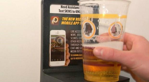 LavCup é um apoio para copos de bebidas que fica posicionado em banheiros (Foto: Divulgação)