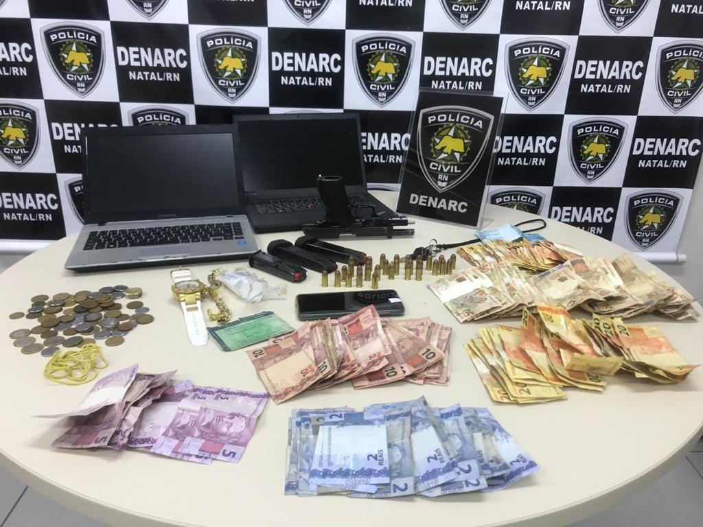 Suspeito de tráfico de drogas é preso em Natal e joga dinheiro na rua para tentar livrar flagrante, diz Polícia Civil