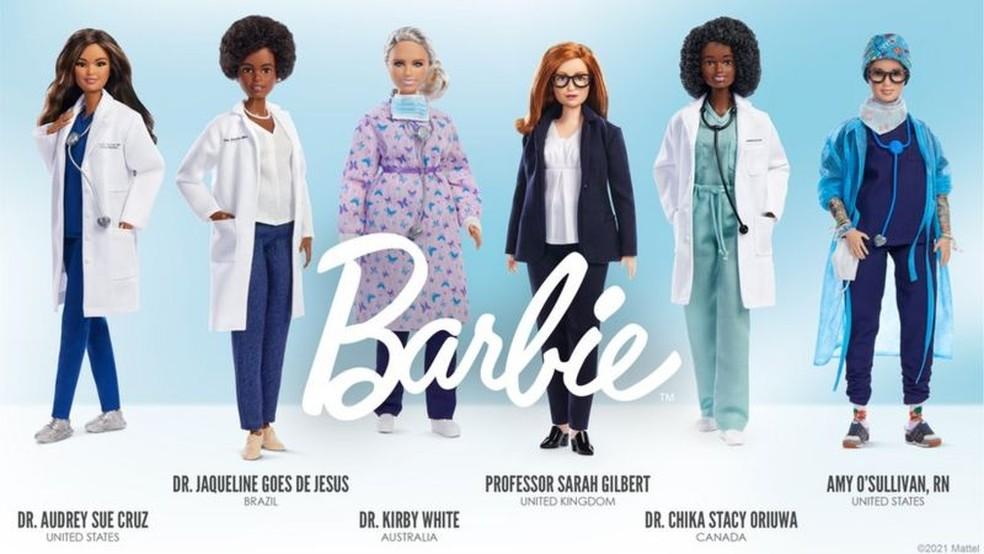 Jaqueline Góes de Jesus (segunda da esquerda à direita) foi homenageada com Barbie cientista — Foto: Mattel/Divulgação
