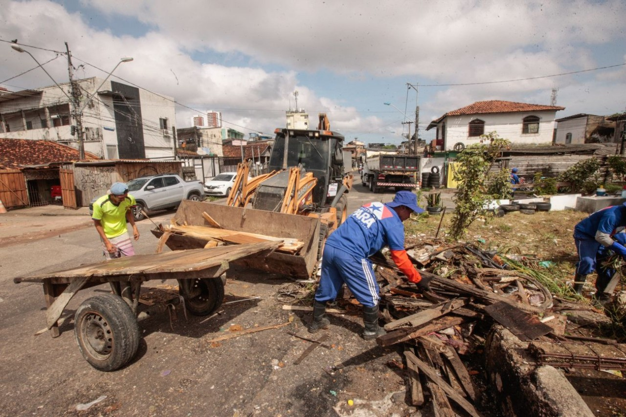 Mais de 100 toneladas de lixo são retiradas no canal da tv. Três de Maio, em Belém