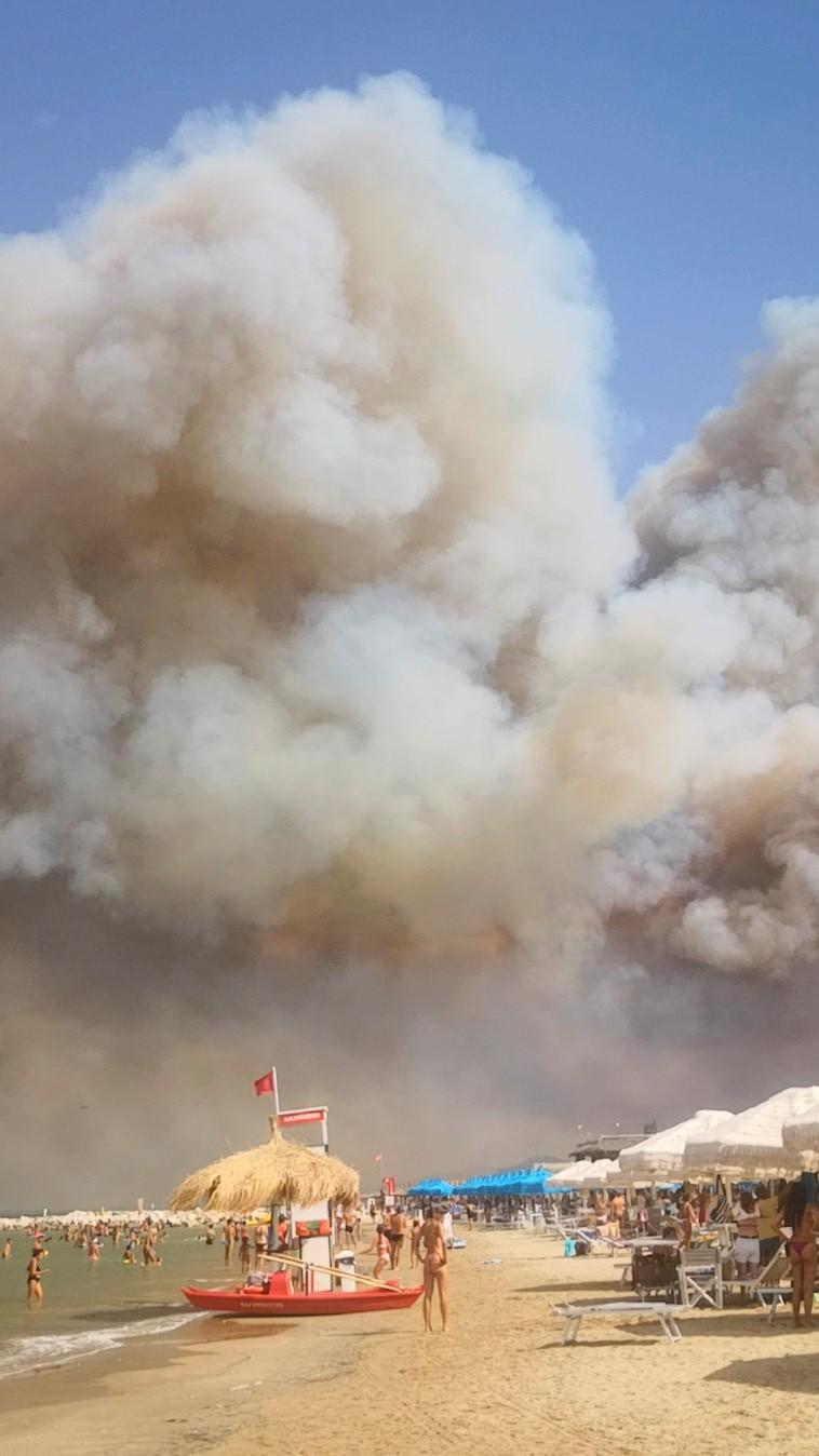 VÍDEO: Fumaça de incêndio florestal expulsa banhistas de praia na Itália