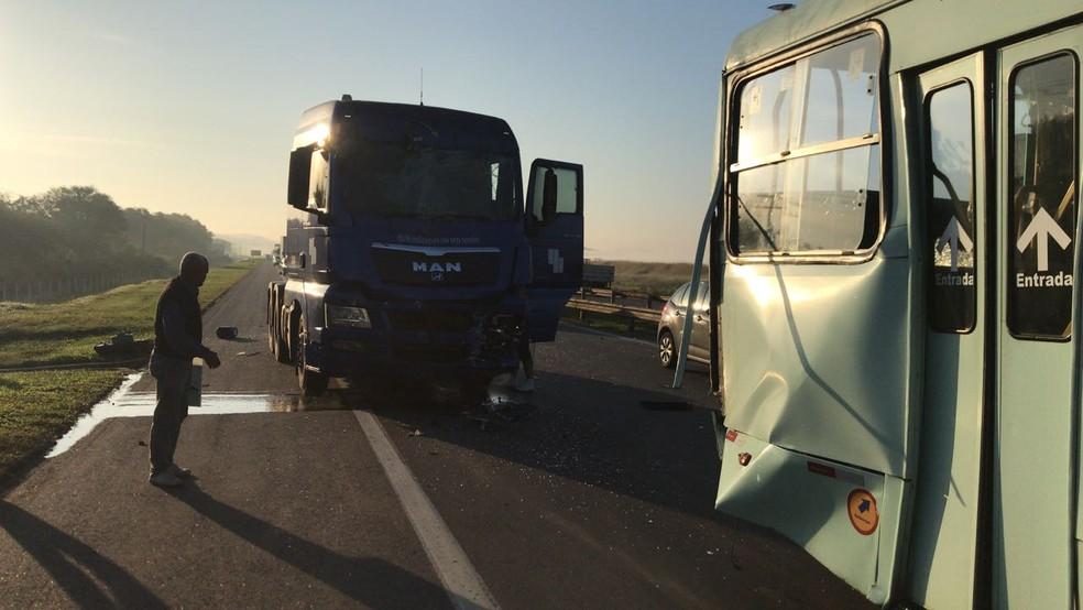 Caminhão e ônibus se envolveram em batida nesta manhã  (Foto: TV Rio Sul/Vinicius Barros)