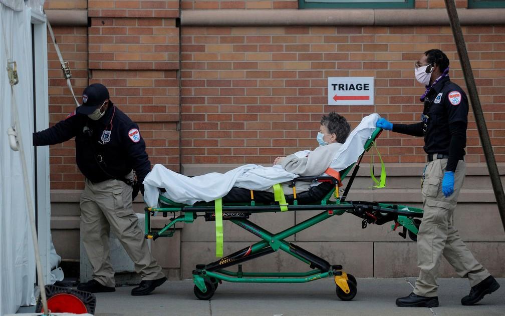 Paramédicos transportam paciente para o centro de emergência do Maimonides Medical Center, em Nova York, na terça-feira (14) — Foto: Reuters/Brendan McDermid