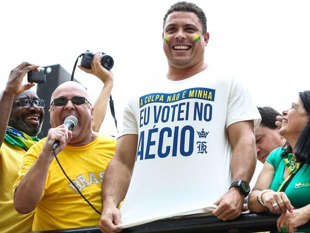 O ex-jogador Ronaldo Nazário exibe camiseta com a frase 'A culpa não é minha, eu votei no Aécio' em cima de um carro de som na Avenida Paulista, em São Paulo (Foto: William Volcov/Brazil Photo Press/Estadão Conteúdo)