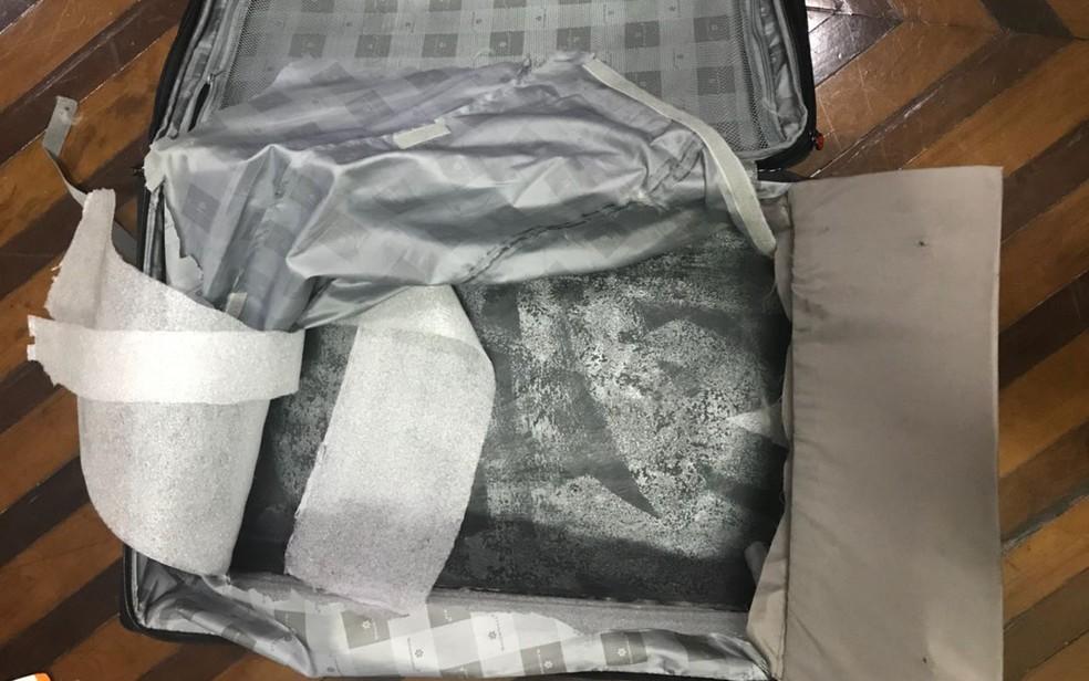 Droga foi encontrada em fundo falso de mala (Foto: Divulgação/Polícia Civil)