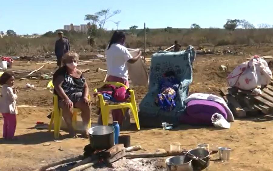 Famílias que moravam em casas improvisadas em  Vitoria da Conquista relatam que imóveis foram derrubados pela prefeitura