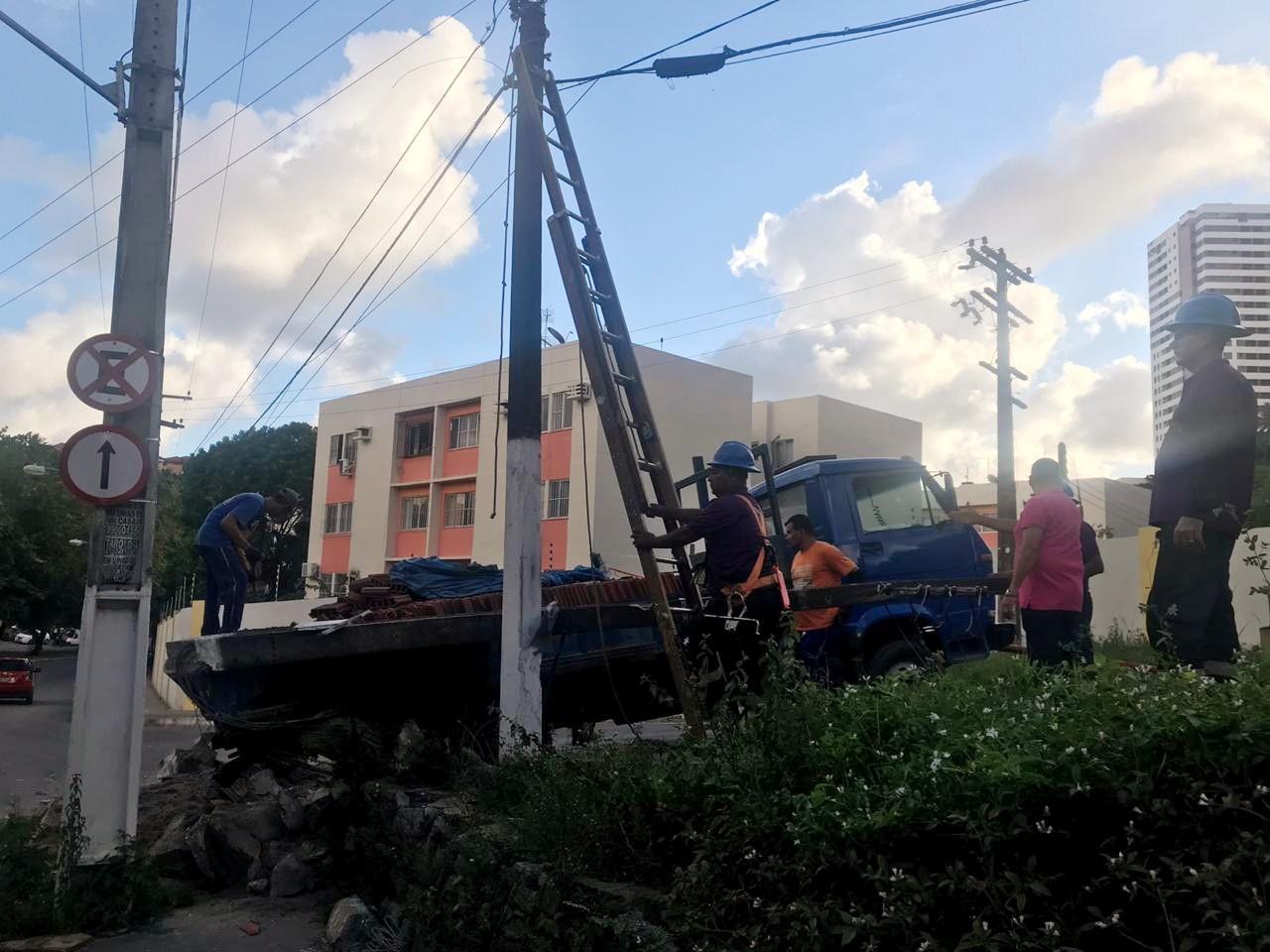 Caminhão perde força ao tentar subir ladeira, desce sem controle, bate e derruba poste em Maceió - Notícias - Plantão Diário