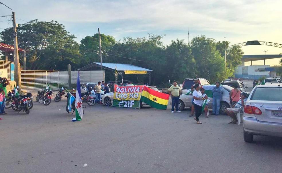 Manifestantes bolivianos fecham fronteira com MS em protesto pela decisão que permite a reeleição de Evo Morales. — Foto: Carla Salentim/TV Morena
