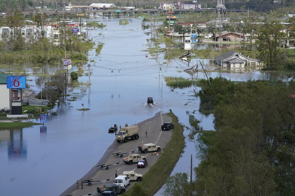 Casas e empresas inundadas após a passagem do furacão Ida em LaPlace, no estado da Louisiana, em 31 de agosto de 2021 nos Estados Unidos — Foto: Gerald Herbert/AP