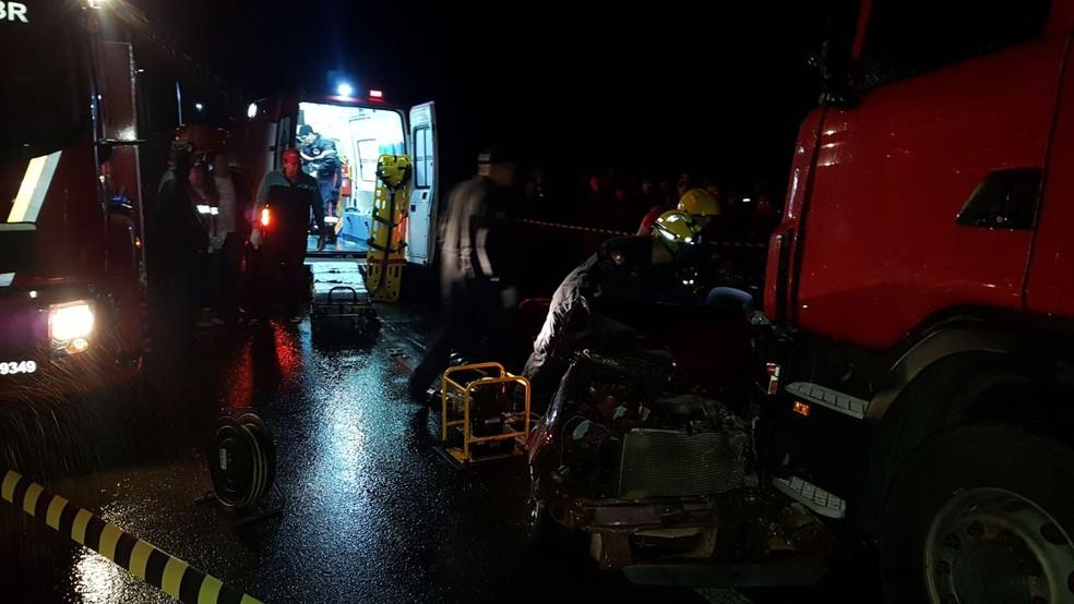 Equipes de emergência durante o socorro as vítimas em São José do Herval (Foto: Divulgação/PRF)