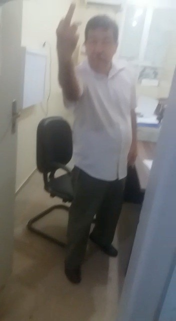 Em vídeo, médico irritado discute e mostra dedo do meio para paciente - Noticias