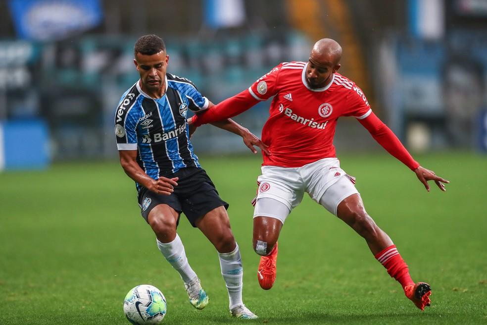 Alisson em lance com Patrick no Gre-Nal — Foto: Lucas Uebel/Divulgação Grêmio