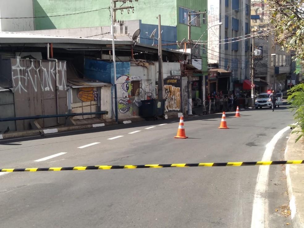 Suspeita de granada deixa área isolada perto do camelódromo — Foto: Daniel Mafra / EPTV