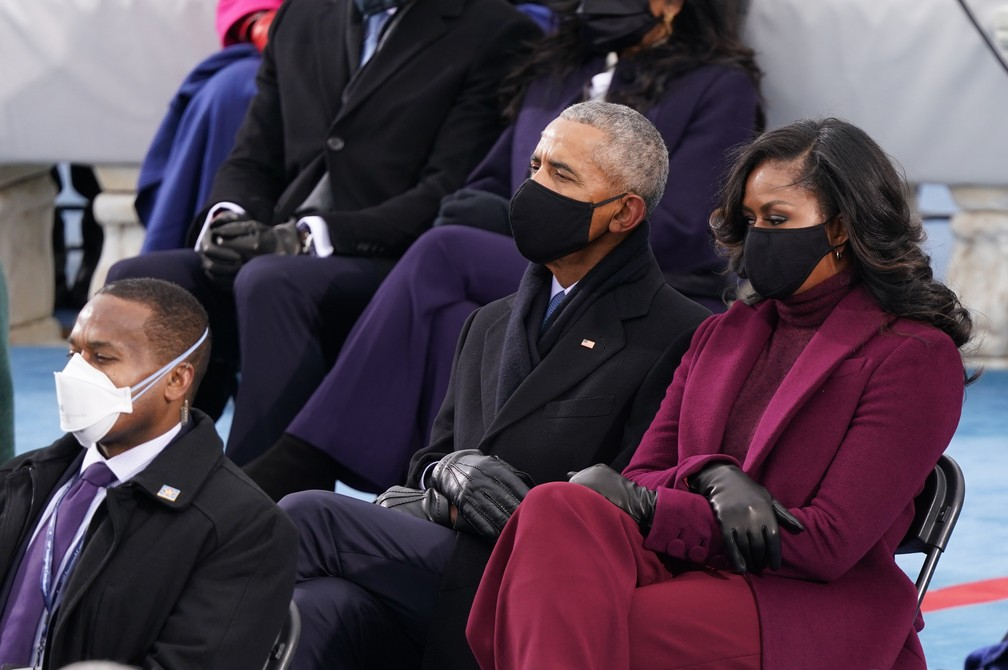 O ex-presidente dos EUA Barack Obama e sua esposa Michelle Obama participam da posse de Joe Biden como o 46º presidente dos Estados Unidos na Frente Oeste do Capitólio dos EUA, em Washington, nesta quarta (20)   — Foto: Kevin Lamarque/Reuters