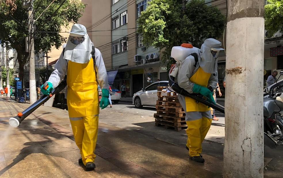 Trabalho de desinfecção em Icaraí, bairro que concentra a maioria dos casos suspeitos de coronavírus, no mês de março — Foto: Carlos Britto/G1 Rio