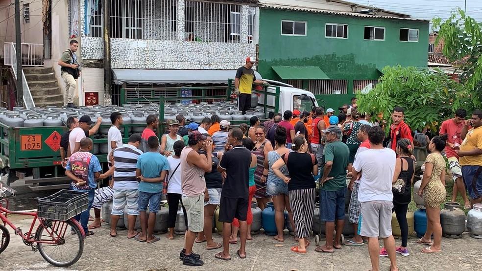 Ação ofereceu botijão de gás de cozinha pela metade do preço convencional em Jaboatão dos Guararapes — Foto: Mhatteus Sampaio/TV Globo