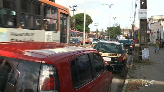 Veículos estacionados irregularmente atrapalham trânsito no bairro João Paulo em São Luís