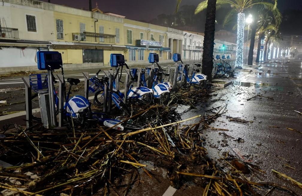 Em Nice, na France, tempestade espalhou troncos e galhos pelo principal calçadão na cidade na sexta-feira (20) — Foto: Valery Hache/AFP