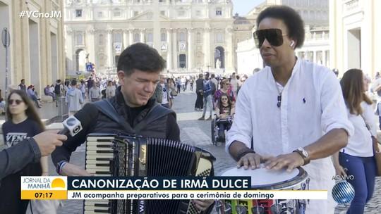 JM no Vaticano: Waldonys e músico brasileiro apresentam música que homenageia Irmã Dulce