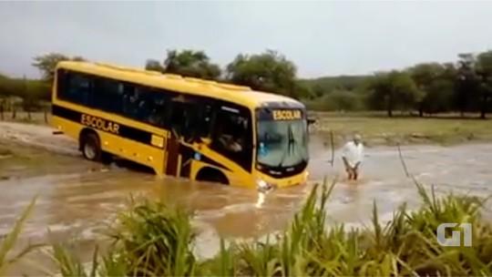 Motorista de ônibus escolar arrisca vida de crianças ao tentar atravessar riacho no RN; veja