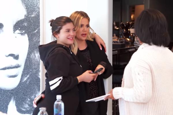 La'Reina conversa com Kim e Khloé (Foto: Reprodução/YouTube)