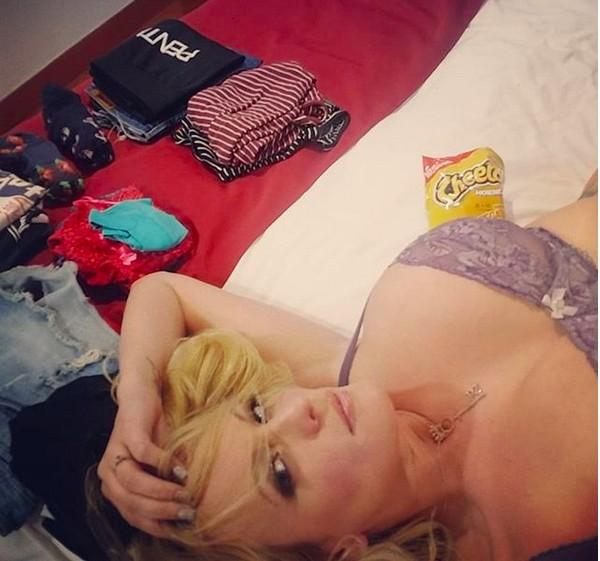 A foto compartilhada pela atriz pornô Stormy Daniels após arrumar algumas roupas de lingerie durante o pronunciamento de Donald Trump na TV (Foto: Instagram)