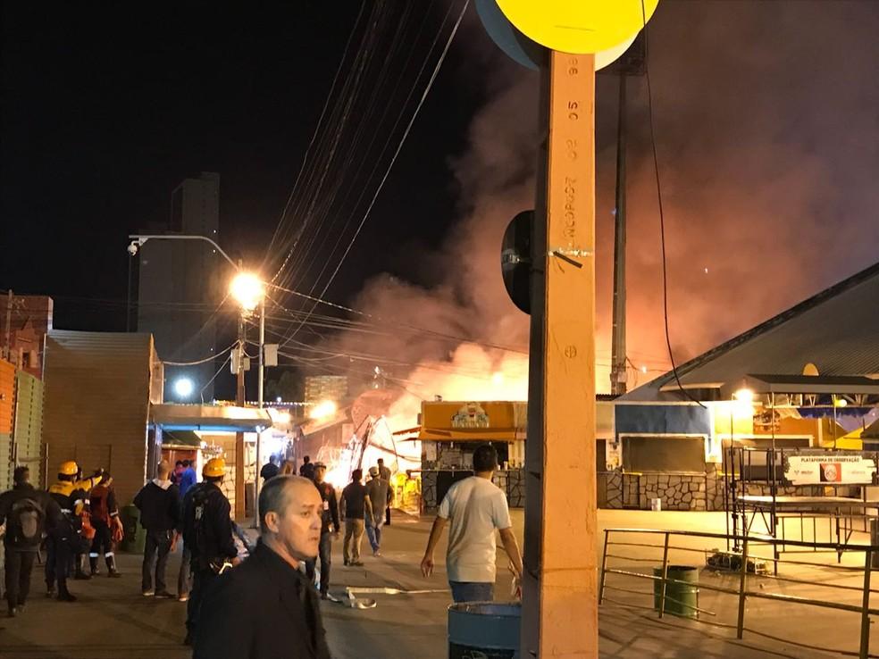 Incêndio atingiu uma palhoça no Parque do Povo, no São João 2018 de Campina Grande na noite deste sábado (30) (Foto: Artur Lira/G1)