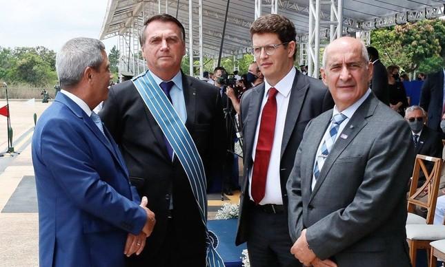 O presidente Jair Bolsonaro e os ministros Braga Netto, Ricardo Salles e Luiz Eduardo Ramos na solenidade pelo Dia do Aviador